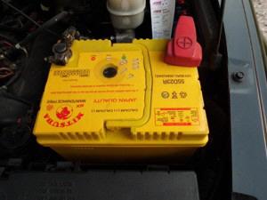 Autobatterie ausbauen und wechseln