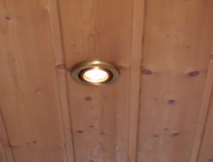 Deckenpaneele anbringen mit Beleuchtung