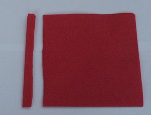 Servietten Rose falten: Abschneiden eines ca. 1 cm breiten Streifens