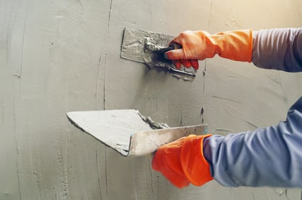 Wand verputzen: Abreiben mit dem Glättbrett