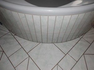 Badezimmer Fugen reinigen, Schimmel entfernen