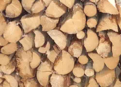 Brennholz mit Stapelhilfe lagern