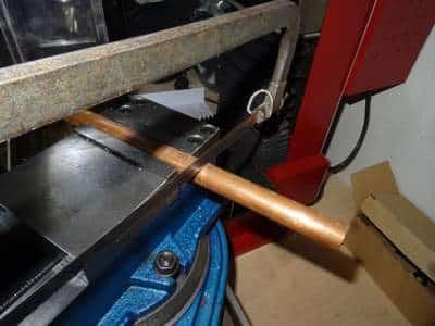 Kupferrohr mit einer Metallsäge sägen