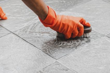 Garagenboden mit der Bürste reinigen