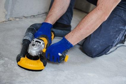 Beton Schleifen vor dem auftragen der Bodenbeschichtung für die Garage